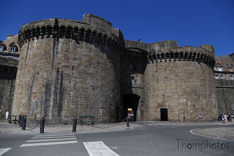 architecture ville city cité corsaire pirate yarh rhum rum saint-malo st malo ocean atlantique bretagne britain rempart fortifications
