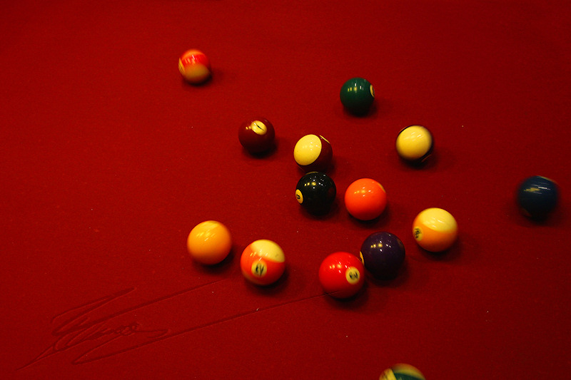 divers valais vallée suisse billard bains de saillon ambiance rouge 8 noir black eight ball i have balls of steel queue
