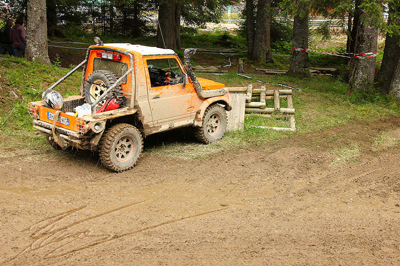 RC voiture véhicule radiocommandé radio-guidé radio drone tamiya traxxas axial SX10 4x4 tout terrains 1/10 électrique scale land rover jeep eau boue mud water crawler expédition defender 90 camel trophy en route pour l'aventure banga virus trial chatel orange