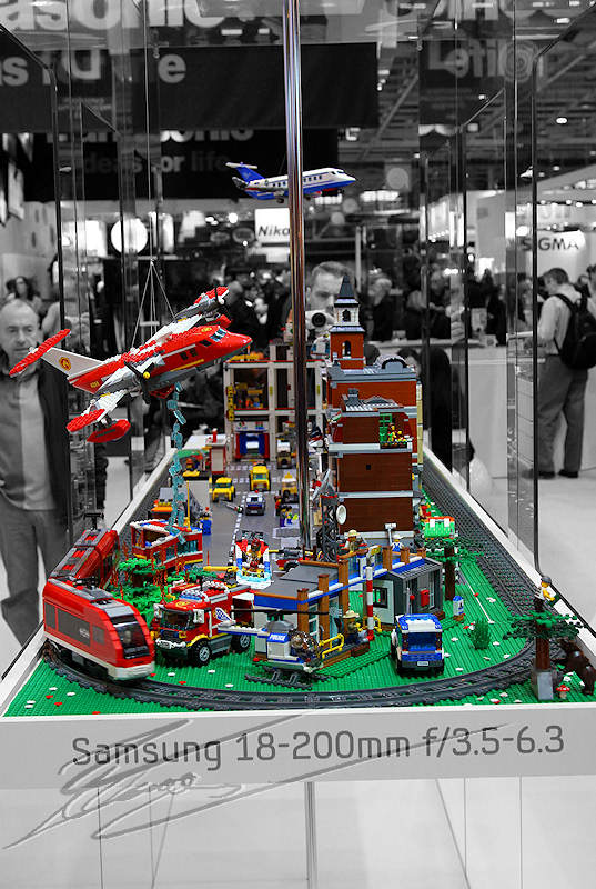 reportage 2012 france paris salon de la photo hall expo exposant stand samsung lego ville train test matériel désaturation partielle noir et blanc