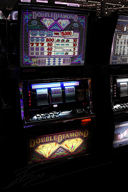 reportage 2013 usa USA Amérique america murika US nevada las vegas hotel casino four 4 queens freemont street machine à sous slot bandit manchot one-handed money dollars twin double diamants diamonds