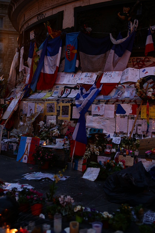 reportage 2015 décembre france paris nuit night ville lumière city of light capitale guerre terrorisme attentats 13 novembre place de la république liberté égalité fraternité marché de noël champs élysées hommage statue mémorial gens people recueillement recollection pray for paris drapeau flag bougies candles