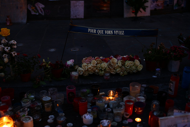 reportage 2015 décembre france paris nuit night ville lumière city of light capitale guerre terrorisme attentats 13 novembre place de la république liberté égalité fraternité marché de noël champs élysées hommage statue mémorial gens people recueillement recollection pray for paris drapeau flag bougies candles pour que vous viviez